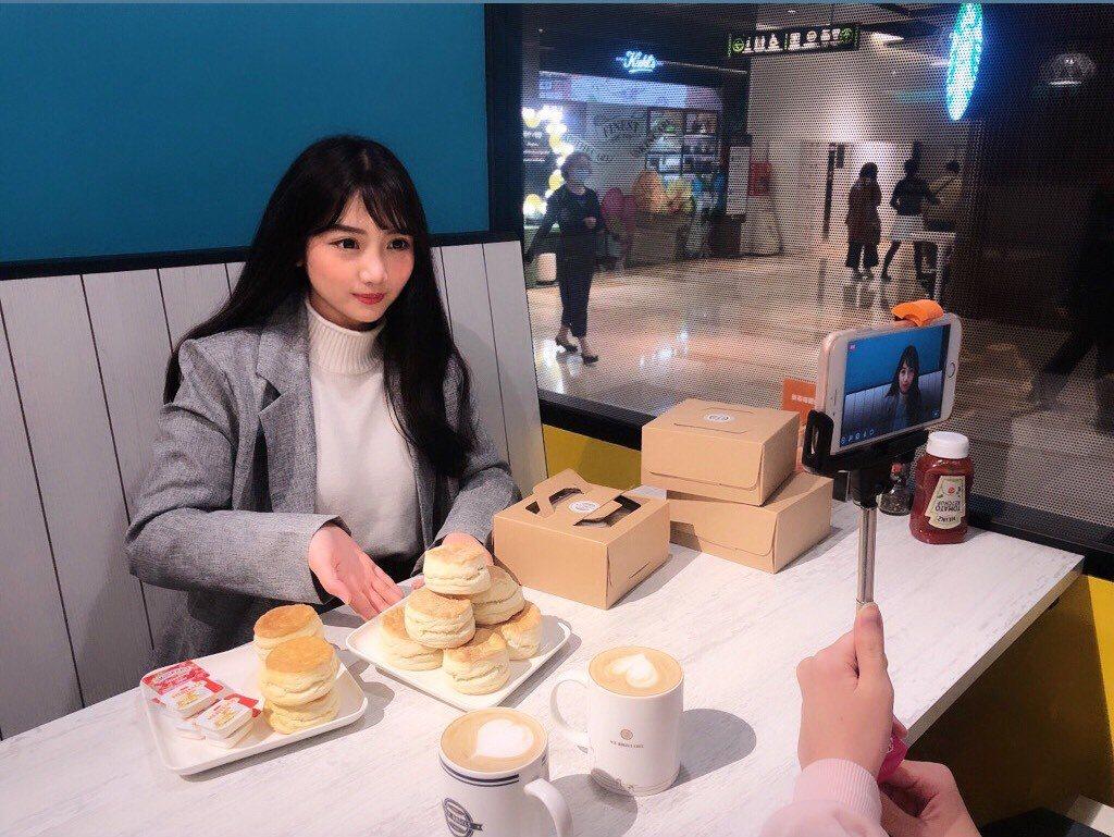 京站時尚廣場網美、網帥樓管變身直播主,推出FB直播銷售。圖/京站提供