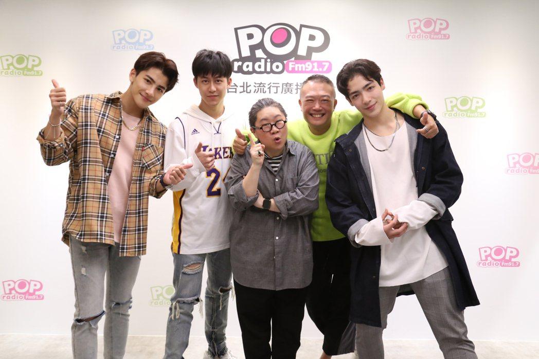 張又瑋(左起)、郭宇宸、toto、Ben、黃士杰上電台分享心情。圖/ POP R