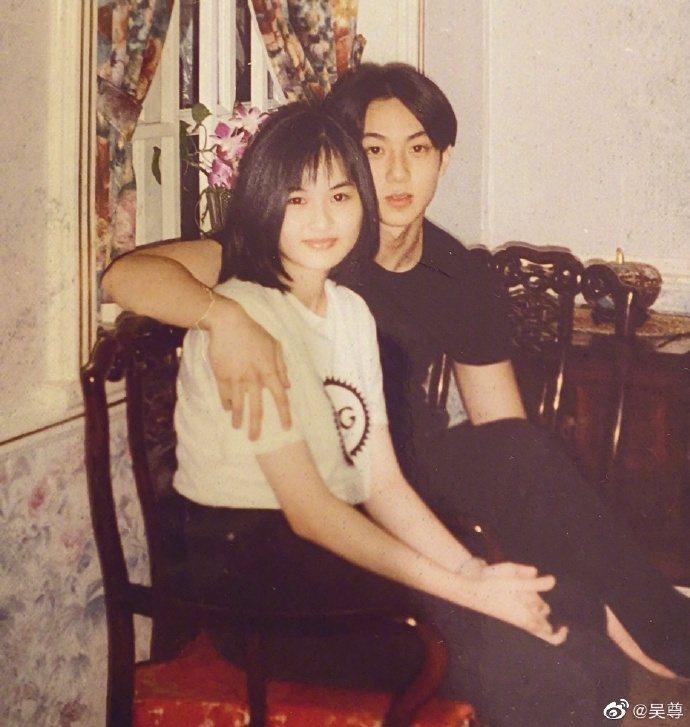 吳尊秀出和老婆林麗瑩當年17、16歲青澀模樣。圖/翻攝微博