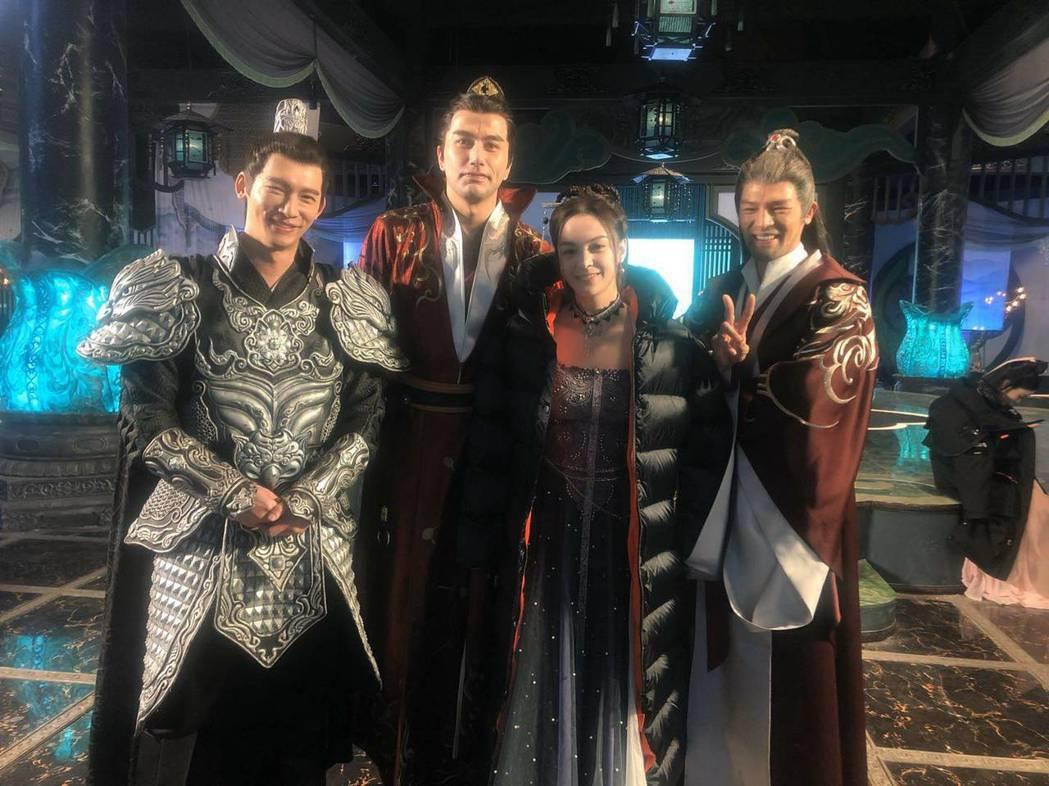 黃志瑋(左二)和溫昇豪拍攝「從前有座靈劍山」。圖/劉宇彤提供