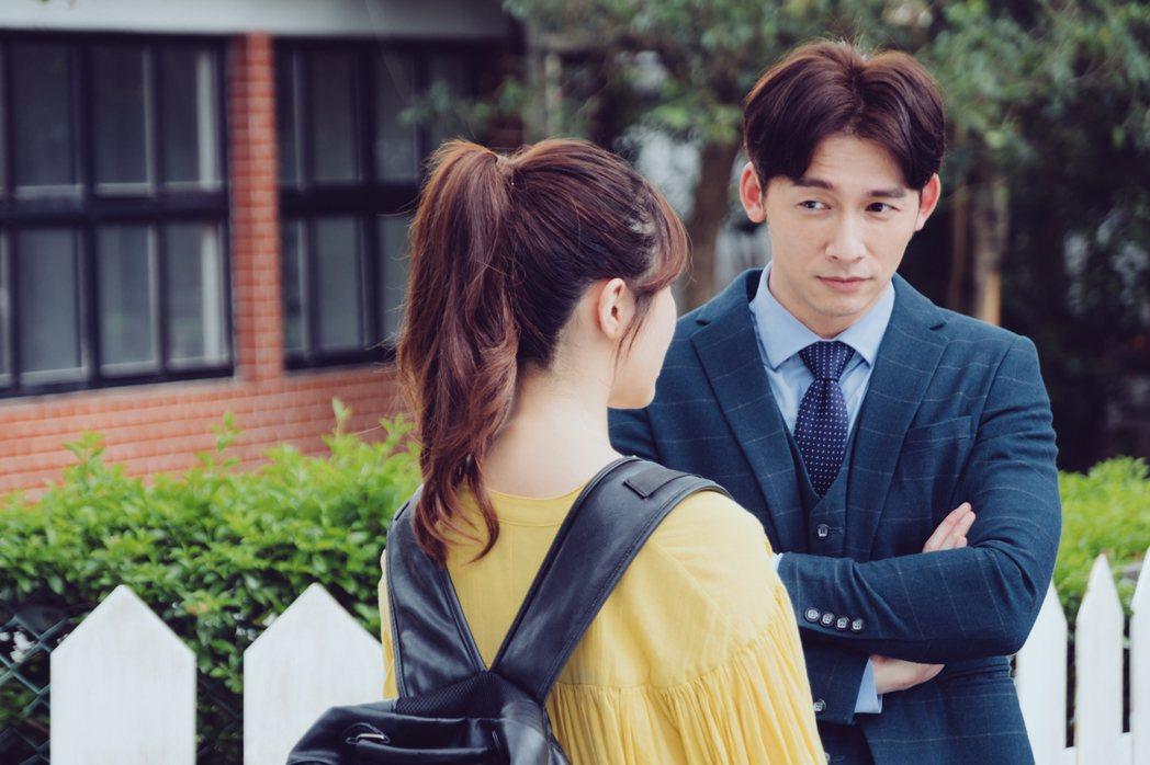溫昇豪(右)在劇中飾演白思禮,和方家姊妹在不同時期交往。圖/歐銻銻娛樂提供