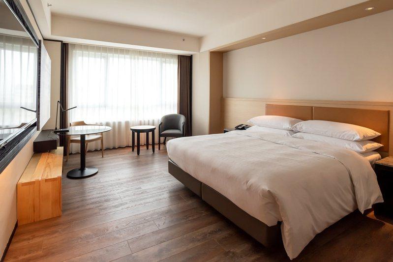 桃園喜來登酒店即日起推出防疫安心日租商務辦公專案,將客房改為日租型態,提供商務日間辦公或是小型商談空間。圖/桃園喜來登酒店提供