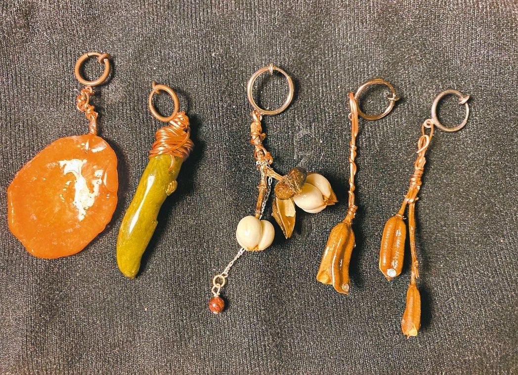 用胡蘿蔔、甜豆、芝麻豆莢等廚房裡取得的材料,作成蔬菜耳環。 圖/朱慧芳