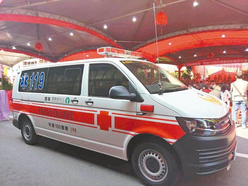 五結鄉農會慶祝創會100周年,昨捐贈救護車,加入五結消防分隊救護行列。 圖/宜蘭縣消防局提供