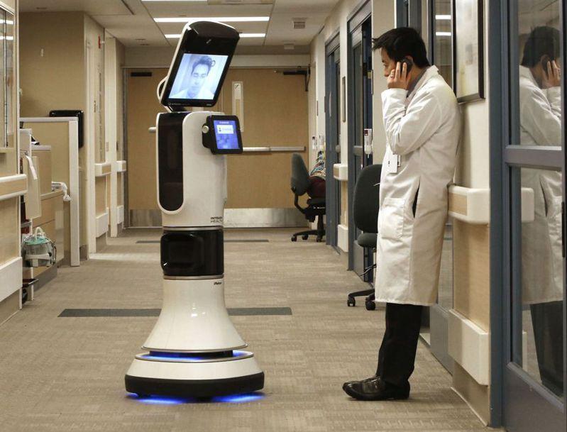 美國一名醫生利用遠距醫療機器人跟同事商談。 (美聯社)