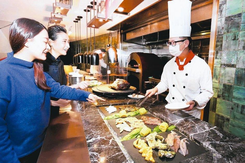 自助餐廳SUNNY BUFFET推出「現點現做料理」,由飯店服務人員親送現做餐點...