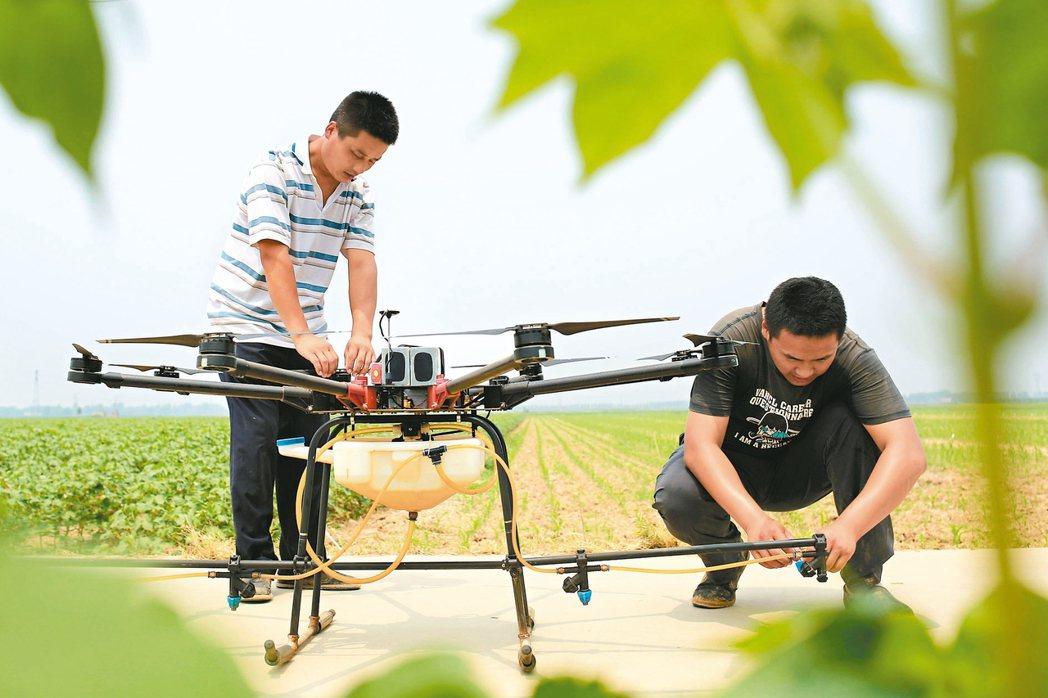 無人機噴灑農藥的情景近來成為台灣農村裡一道風景線,藉由無人機協助噴藥,所需要的人...