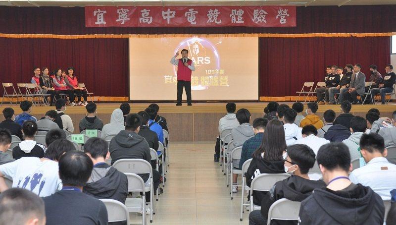 宜寧高中校長何財源,在「電競體驗營」開幕致詞。 宜寧高中/提供