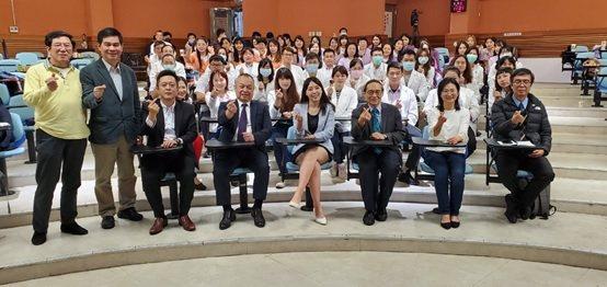 前排左起,李世傑醫師、范紀鎮副教授、鄭明龍總經理、林憲宏董事長、劉一璇記者、劉伯...