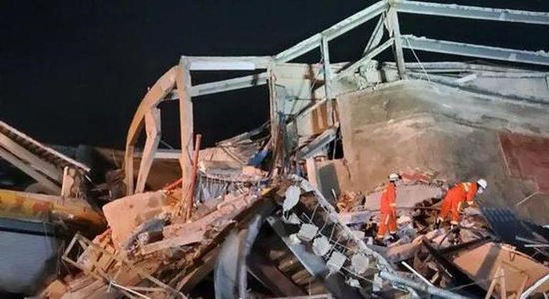 泉州鯉城區欣佳酒店昨天晚間發生樓體倒塌,約71人被困,目前救出49人。 路透社