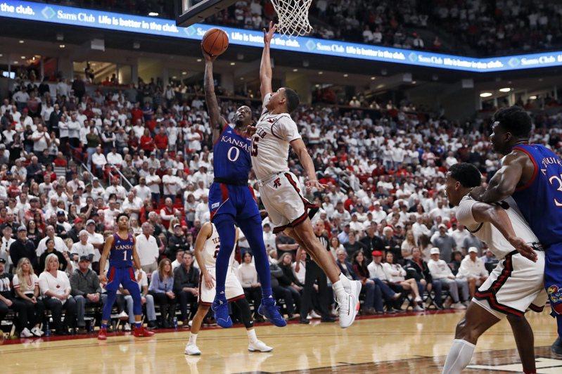 大學籃賽「3月瘋」最壞情況是閉門比賽。圖為周末的大學籃賽,觀眾滿坑滿谷。 美聯社