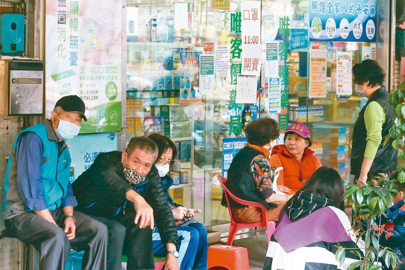 因應新冠肺炎疫情實施的口罩實名制上路後,每天都可以看到大批民眾排隊購買口罩的畫面。 記者季相儒/攝影