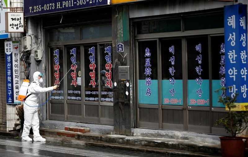 大邱市為南韓新冠肺炎疫情最嚴重的城市,不過市長權泳臻表示,自2月29日以來,單日新增案例首次低於300例,權泳臻說:「感染案例增速有放緩跡象。」 路透社