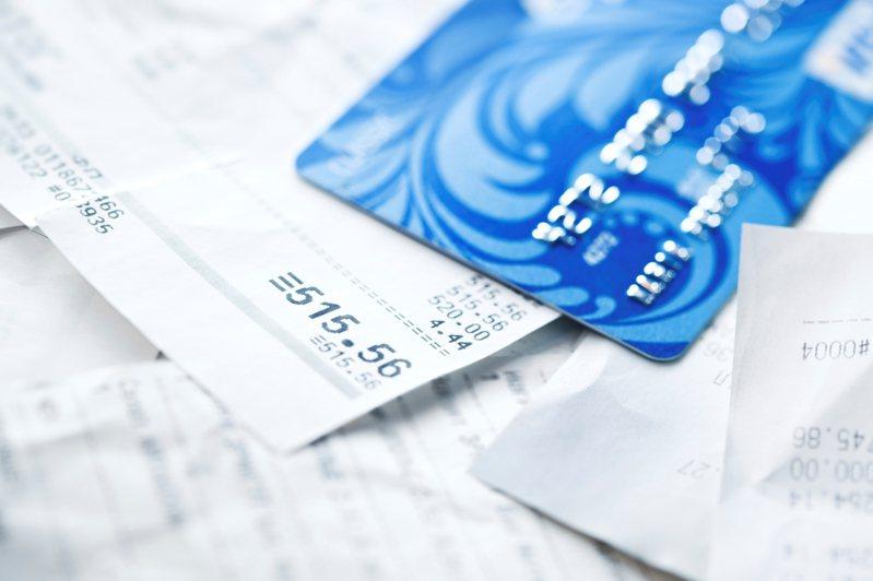 一名網友PO文提到,他觀察一些年收100萬起跳的高收入者,辦的信用卡幾乎都5張以上,跟他想像中「沒錢才要辦卡」的印象差很多,隨後就有專業網友分析這是為了最大化「現金流」。示意圖/ingimage