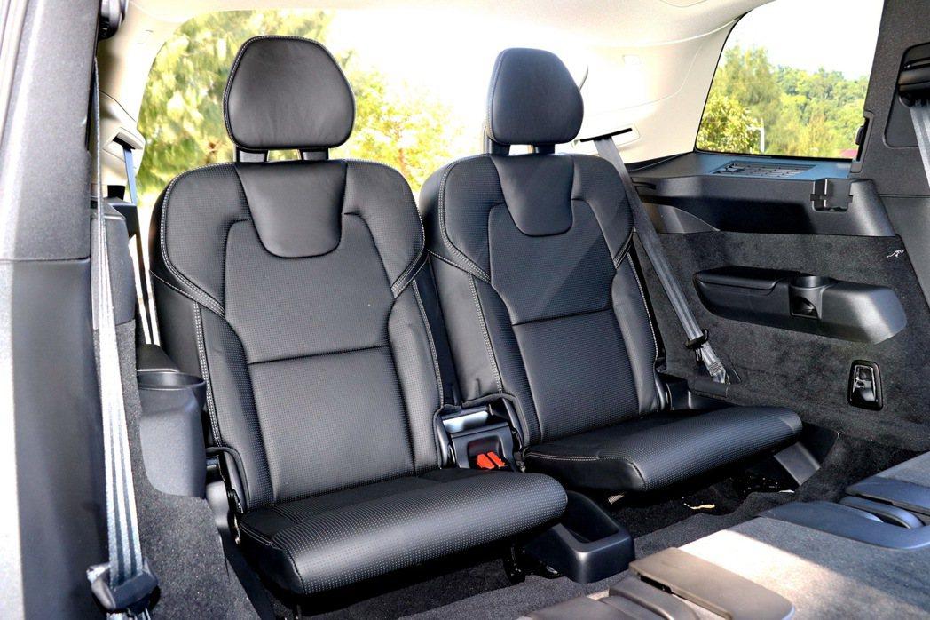 第三排座椅在一般狀態下,膝部空間較有限,但可透過第二排座椅前移提升舒適度。 記者...