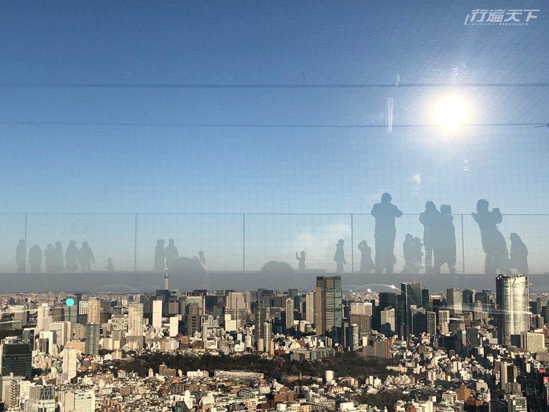 美拍密技是,太陽落到西邊順著光往東邊拍,就能拍到景觀台上人群飄在東京空中的樣子。