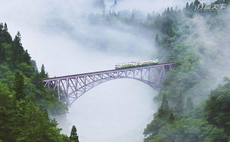 只見線鐵道經過鐵橋的畫面,春夏秋冬都不一樣,吸引無數人來搶拍。