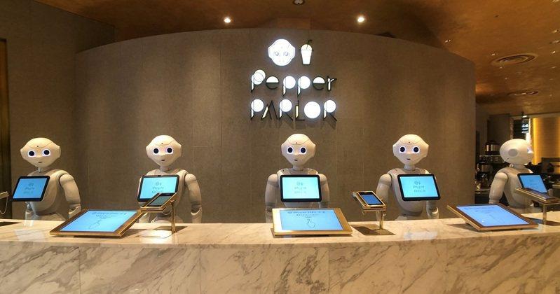 一走靠近,對上眼後,機器人Pepper服務生就會開始對話。