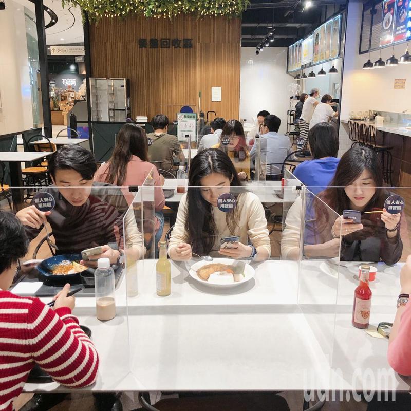 高雄大立百貨B1美食市集部份座席區架設「透明隔板」,隔開用餐空間成為個人區,避免飛沫接觸,讓顧客可安心用餐。記者謝梅芬/攝影