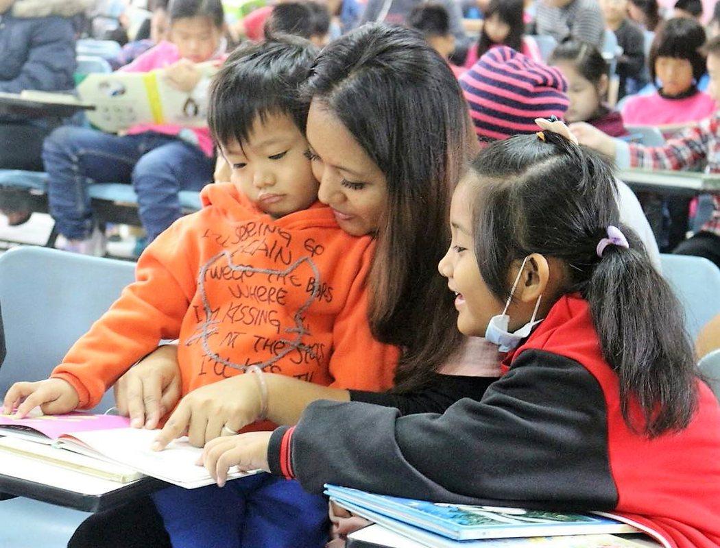 圖為崙背鄉豐榮國小每周三邀請老師、家長陪同孩子一起閱讀。本報資料照片