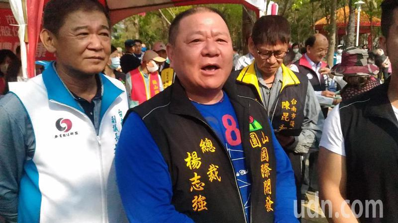 台南在地企業家楊志強,今天上午在南區水萍塭公園,免費發送從澳洲買進6萬片口罩。記者黃宣翰/攝影