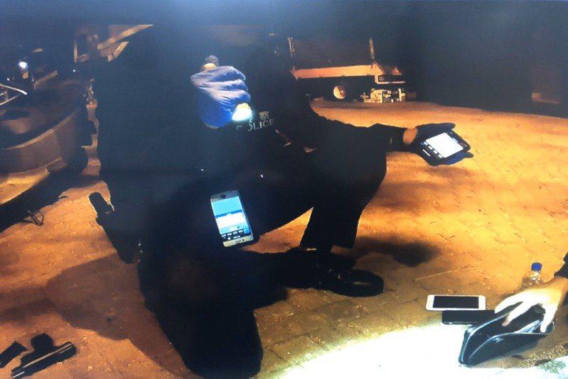 警方攔查楊姓男子在人行道逆向騎機車,意外查獲他涉嫌持有改造手槍和K他命。記者黃宣翰/翻攝