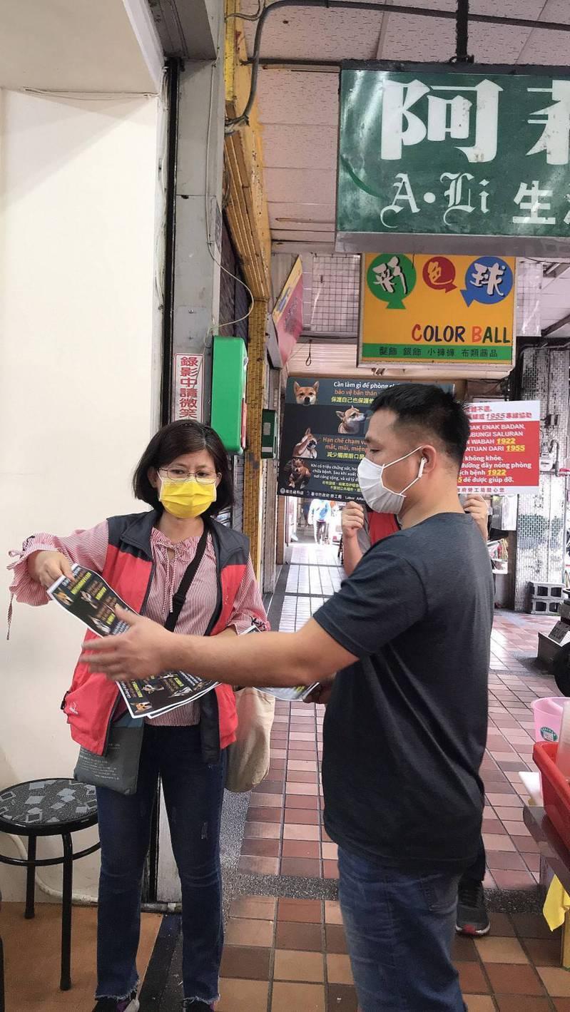 台中市勞工局等單位到台中火車站周邊加強宣導防疫措施。圖/勞工局提供