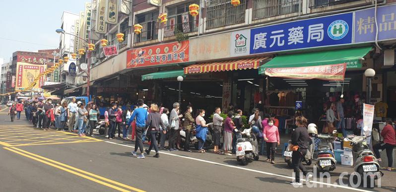 台中市大甲第一市場今天中午,出現排隊人潮要買口罩。記者游振昇/攝影