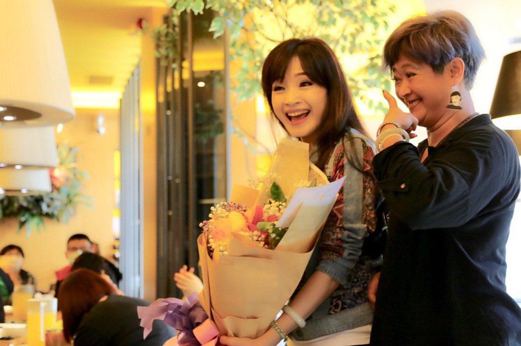 方季惟(左)昨與粉絲提前慶生,妹妹驚喜獻身。圖/尚時代文創娛樂工作室提供
