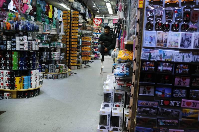 新冠肺炎引發的經濟效應逐漸擴大,美國零售業已感受衝擊。圖為紐約市華埠商店。 法新社