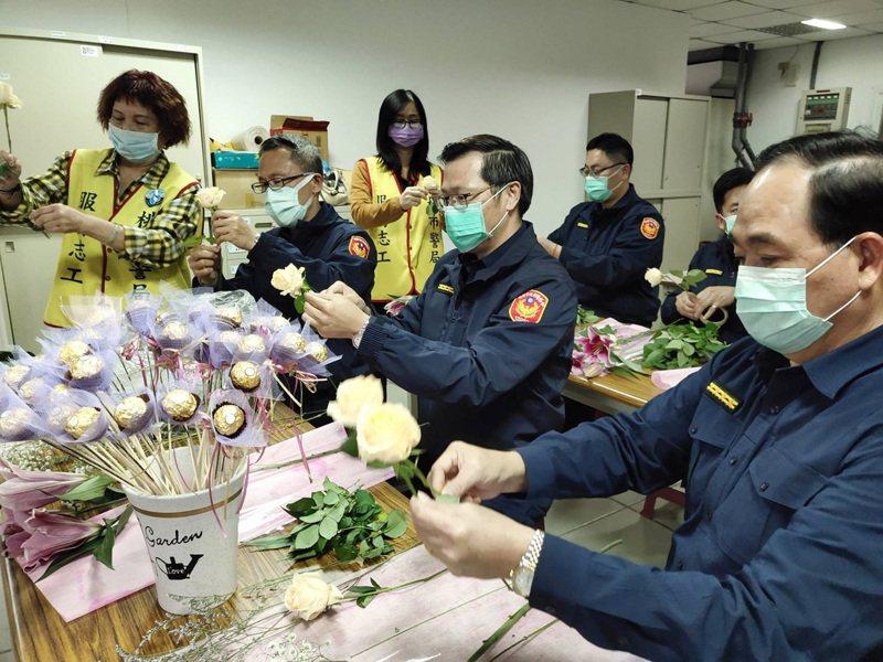 蘆竹分局長黃益三(左二)率分局內勤男警主管做DIY花束,贈送該分局女警感謝付出。圖/蘆竹分局提供