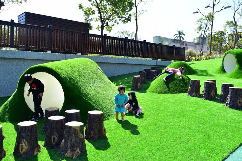 新竹縣長楊文科拍板定案,承諾重視孩子的遊戲權,推出22處特色公園將分期3年逐步施工、一次性設計規劃完成,以主題式串聯各公園,總工程經費預計2.09億元。圖/新竹縣府提供