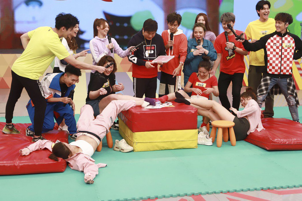 賴慧如玩到仰躺在地,露出運動內衣。圖/民視提供