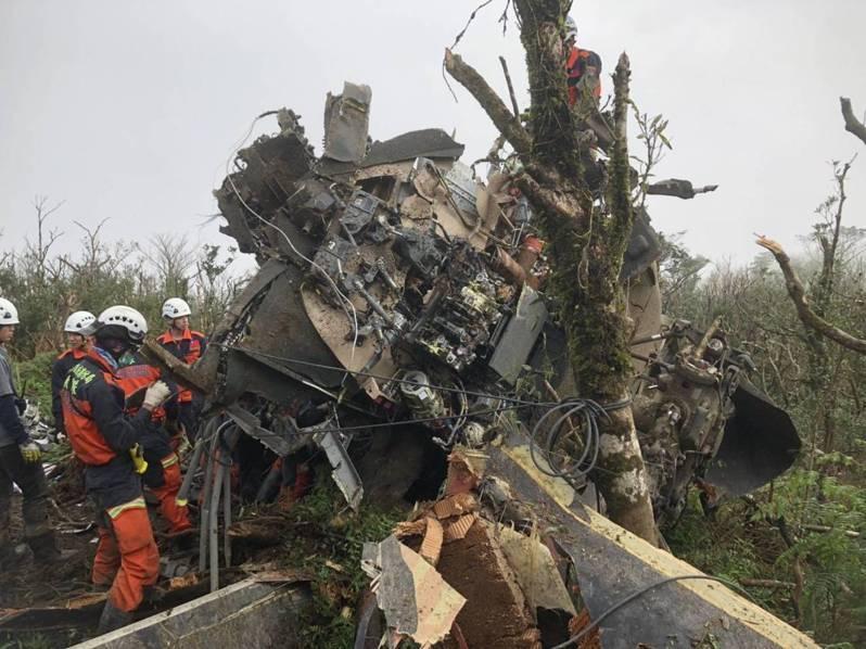 空軍黑鷹直升機元月初墜毀造成8死5傷,墜機殘骸不管採取吊掛空運或陸運都是難艱任務,軍方最後決定開闢道路,以保守安全的陸運方式處理。本報資料照‧圖/縣消防局提供
