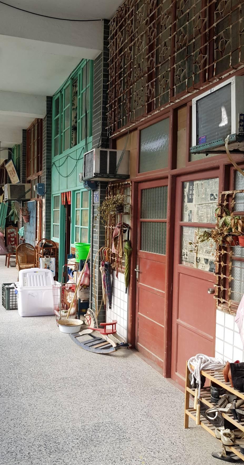「天橋上的魔術師」還原80年代中華商場內的商店及住家,細節都很用心。記者杜沛學/...