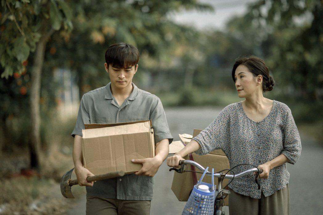 左男主角嶺清、右紅桃飾演媽媽對手戲動人。圖/水元素文化傳媒有限公司提供
