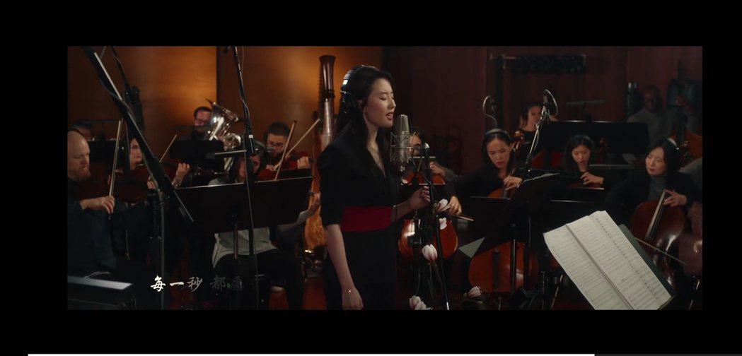 劉亦菲致敬李玟,為「花木蘭」演唱主題曲「自己」。圖/摘自微博截圖