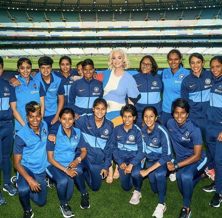 凱蒂佩芮宣告懷孕後首出席澳洲公開活動還與板球運動隊隊員合照,沒戴口罩引關注。圖/