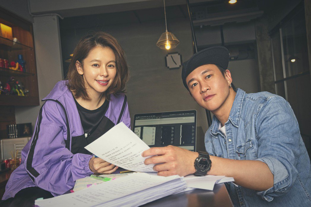 何潤東(右)、徐若瑄為黑暗懸疑影集「誰在你身邊」幕後操刀。圖/頤東娛樂提供