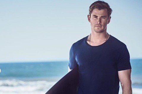克里斯漢斯沃一家3兄弟都熱愛衝浪,常常被媒體拍到,近日又有網友拍到他在海邊衝浪前先提臀做熱身,秀出精壯身材,立刻引來不少粉絲直呼身材健美,迷倒不少人。漢斯沃一邊伸展精壯肌肉,如同神話裡走出來的男神一...