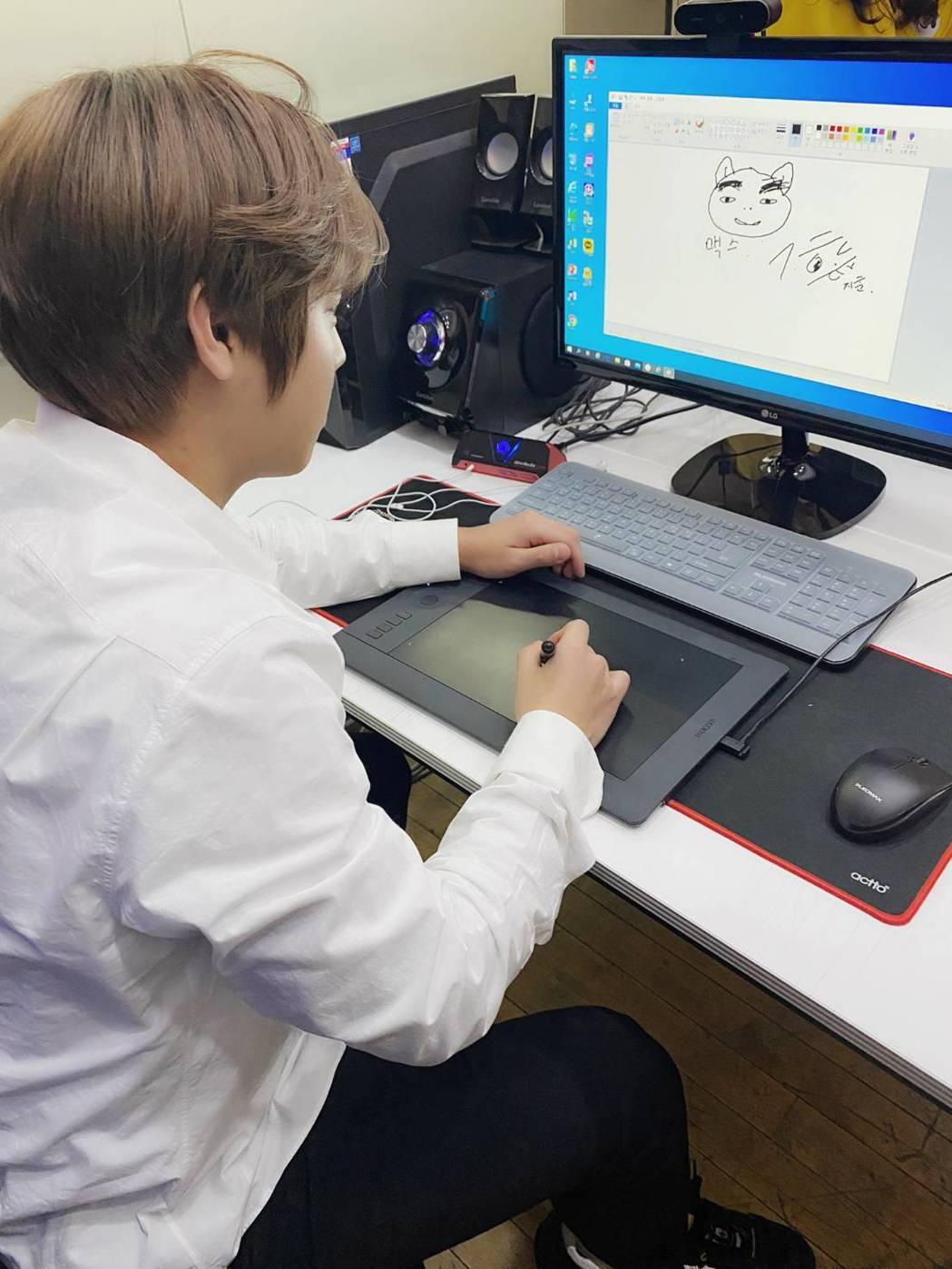 朴志訓認真畫著Max。圖/摘自推特
