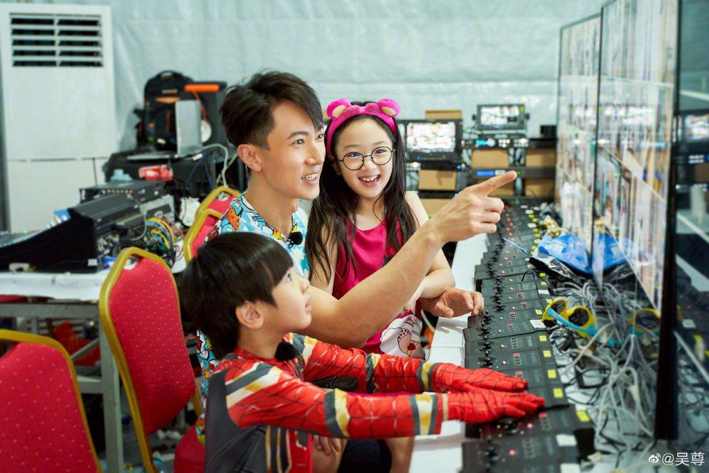 吳尊與一雙兒女。圖/摘自微博