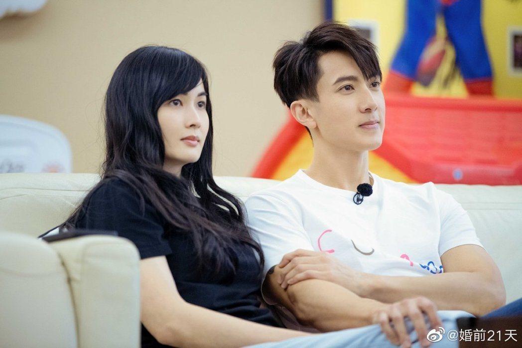 吳尊(右)與老婆上真人秀節目,揭露昔日隱婚真相。 圖/摘自微博