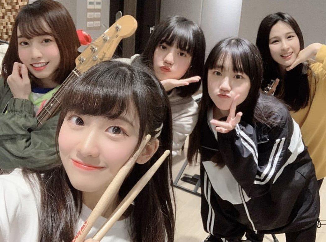 AKB48 Team TP推出女子樂團,Bass手潘姿怡(左起)、鼓手冼迪琦、K