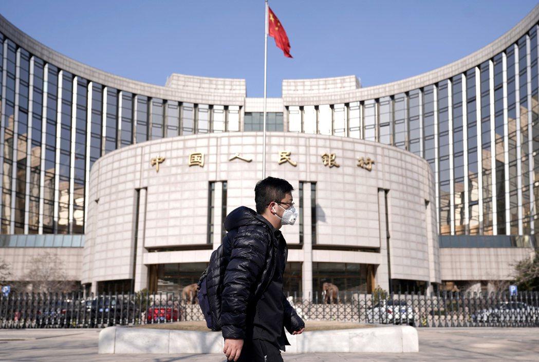 中國人民銀行(大陸央行)昨(13)日宣布,為支持實體經濟發展,降低社會融資實際成...