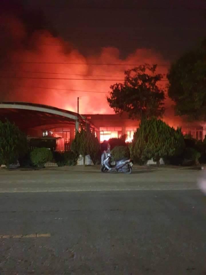 雲林縣水林鄉萬興村一家飼料工廠今晚發生火警,因風勢助長,火勢一發不可收拾。圖/黃姓鄉民提供