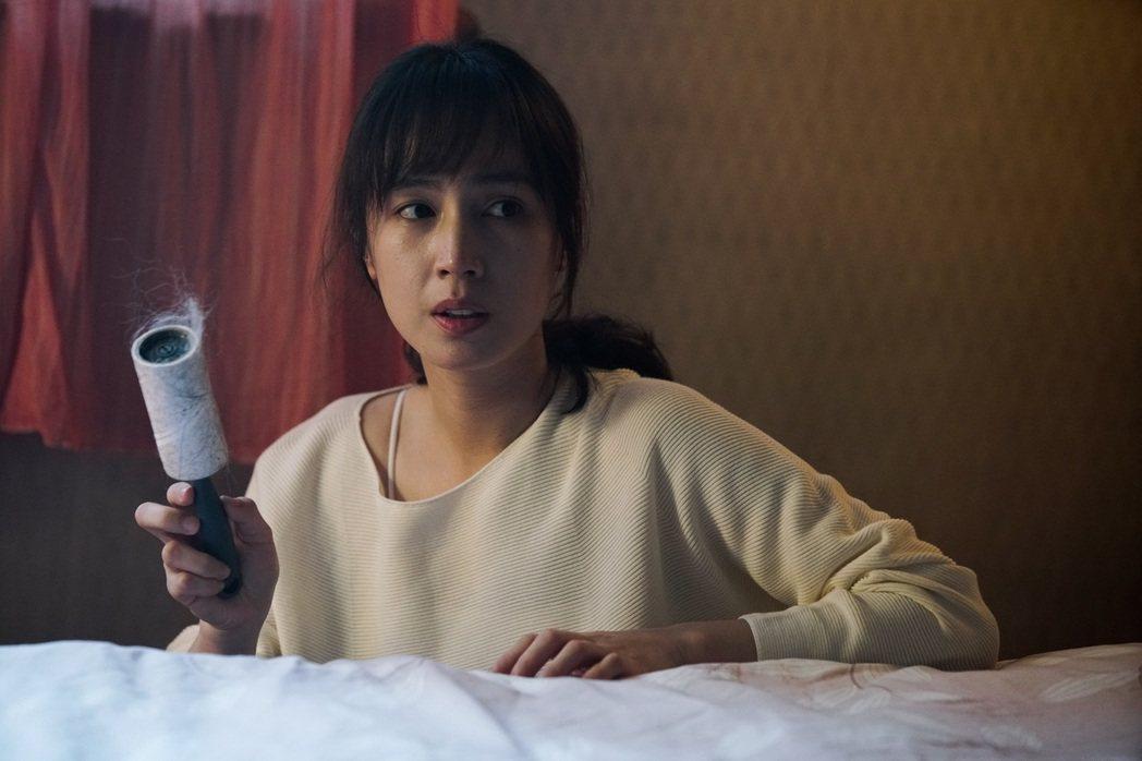 小薰在主演的「租屋」中發現不明毛髮。圖/七十六号原子提供