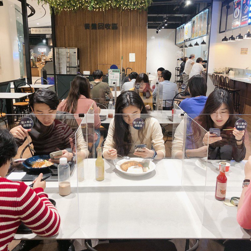 高雄有百貨公司在美食市集架設「透明隔板區」,讓消費者用餐更安心。聯合報系記者謝梅芬/攝影