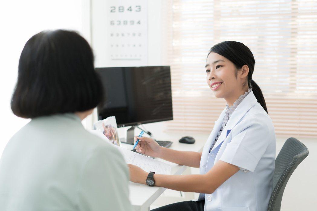 大腸癌好發50歲以後,民眾50歲起應每兩年接受一次糞便潛血檢查。 圖╱123RF