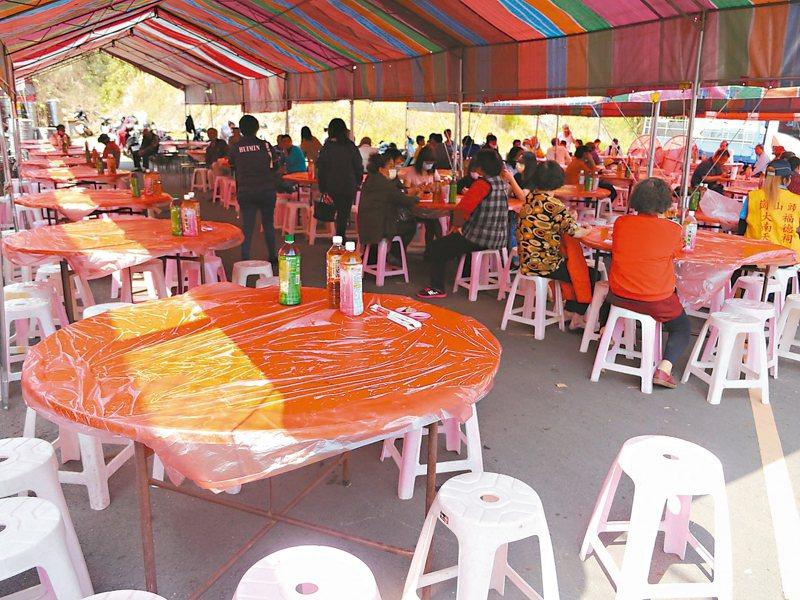 受疫情延燒影響,近日喜宴改為辦桌,但出席人數仍比以往少很多,主人需要「拜託」親友出席。 記者徐白櫻/攝影